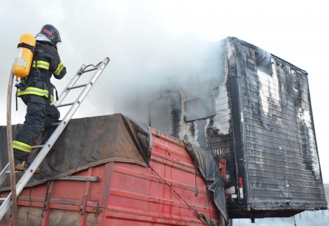 por-demora-do-corpo-de-bombeiros-incendio-em-mato-atinge-e-destroi-carretas