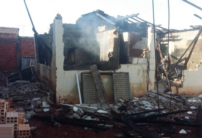 casa-e-incendiada-e-destruida-na-nagib-queiroz