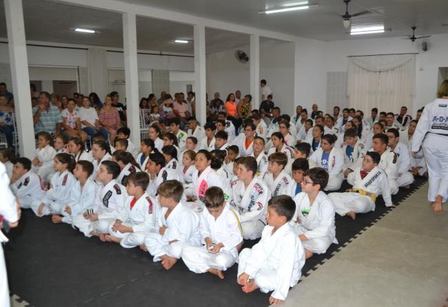 85-lutadores-de-jiu-jitsu-foram-graduados-em-santa-cruz