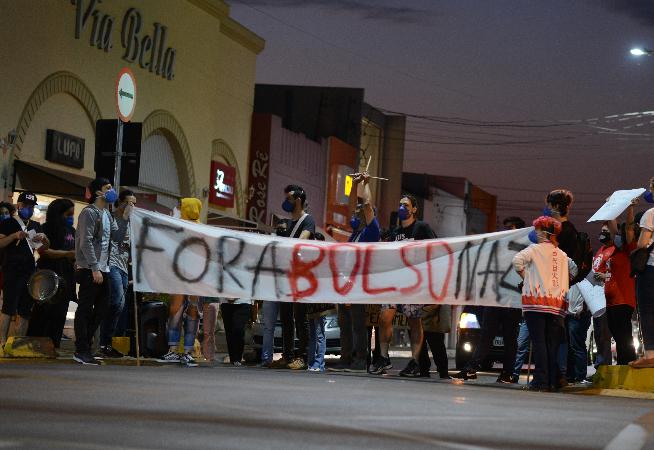 manifestantes-realizam-ato-contra-bolsonaro-e-arrecadacao-de-agasalhos