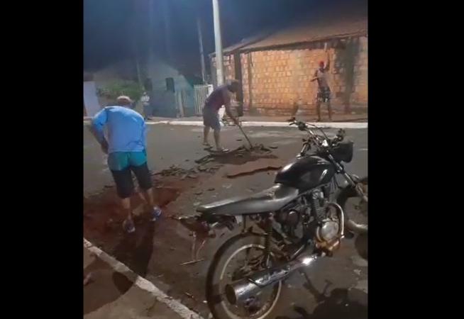 revoltados-moradores-fazem-lombada-apos-acidente-em-sao-pedro